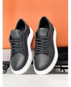 McQueen - черного цвета на белой подошве